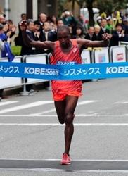 男子はムワンギが初V、八木2位 神戸マラソン