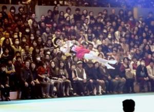 体操内村選手らが華麗な技披露 上越市で演技報告会