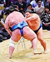 御嶽海、三役で初の連勝 大相撲九州場所