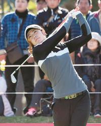 ゴルフ 強風なんの、渡辺彩香首位 前週は予選落ち