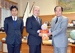 J1大宮 知事にシーズン報告 浦和と競い結果を