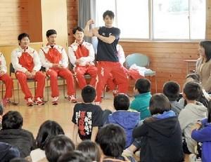 体操・内村選手「演技で感動を」 益城町で児童と交流