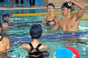 金藤選手と小長谷選手 小中生に水泳指導