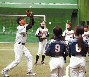 プロの技、野球女子学ぶ 苫工高OB高沢秀昭さんが指導