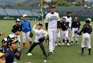 ソフトバンク、長崎市で野球教室