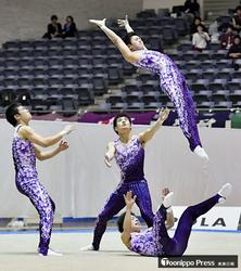 男子団体、青森大3連覇 新体操全日本選手権
