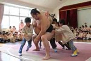 大相撲 下関の泉幼稚園園児と交流 お相撲さんって強いね