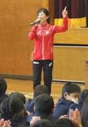 パラ女子マラソン銀の道下 小学校で講演
