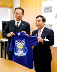FC今治(愛媛)JFLへ、岡田オーナーら市役所訪問