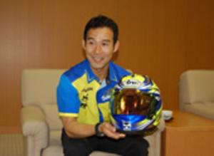 徳留選手、バイク年間チャンピオンに 鈴鹿市長に報告