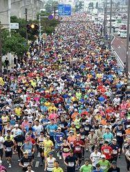 鐘の号砲で一斉出発 NAHAマラソンに約3万人