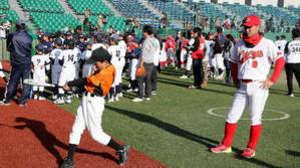 広島カープ梵選手ら、児童に野球教室