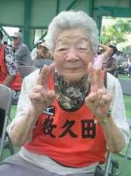 100歳の女性ボウラー大奮闘 沖縄・名護 岸本ツルさんと宮城ミツさん