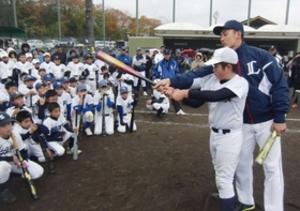 西武・栗山ら児童にプロの技伝授 三木で野球教室