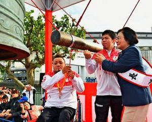 あの鐘を鳴らすのは、五輪の2人、NAHAマラソン開幕告げる
