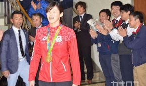 五輪 競泳金メダルの金藤が秦野市役所を表敬訪問