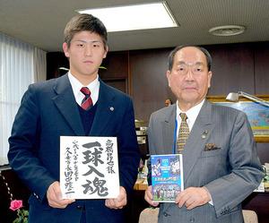カープ 2位指名の花咲徳栄の高橋、久喜市長を表敬訪問