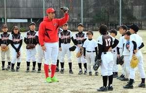 広島カープ2選手、福山市で野球教室