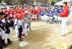 広島カープ3選手らに児童282人学ぶ