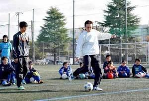 釜本さんシュートの極意伝授 京都でサッカー教室