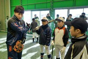 プロ野球 八戸学院出身の秋山らプロ選手が児童を指導