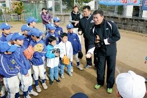 野球 部員減救え 山崎武司さん、福留選手と野球教室