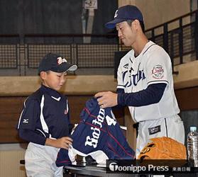 西武 外崎、故郷弘前市で野球少年指導