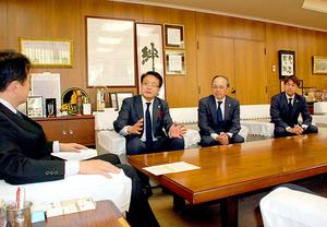 J1浦和 さいたま市長にシーズン終了を報告