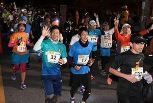 黎明に南部路出走 100キロウルトラマラソンに500人余