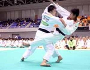 周南の柔道大会に原沢選手登場 中高生に助言、対戦も