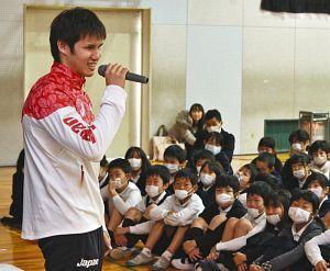 パラ競泳 木村、小学校で講演「もう無理」までやりきって