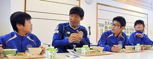 J2山形 松岡サプライズ訪問 児童の熱意に応え実現