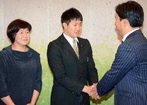 ヤクルト 梅野投手、佐賀県知事を表敬訪問
