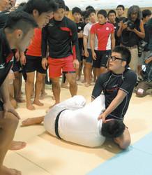 総合格闘家が寝技の実技指導 柔道男子日本代表