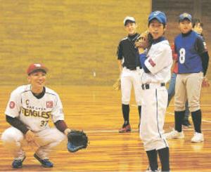 楽天・嶋と松井裕が被災地で野球教室