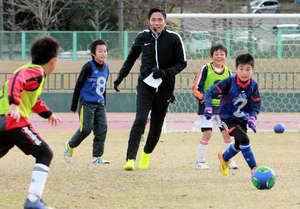 J1浦和の森脇選手、児童に技披露