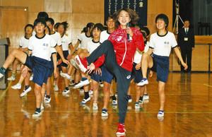 リオ・マラソン出場の田中選手 母校・市立成田小で特別授業