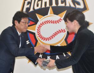 日ハム日本一の指輪、球団職員に 仕事納めで栗山監督