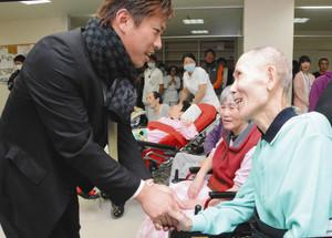 角中選手のサインに感激 金沢の病院訪問、患者と交流