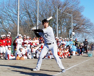 楽天・銀次と阪神・原口が野球教室 少年歓声「憧れ」