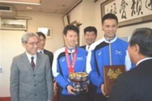 「力発揮できた」天皇杯優勝を報告 バレー東レ男子