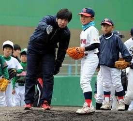 広島・野村、母校で野球教室