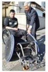 パラ ラグビー「銅」の若山に競技用車いすを寄贈