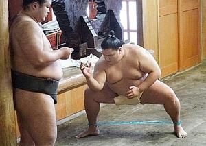 大相撲初場所 御嶽海、初金星と勝ち越し狙う