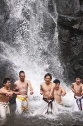 滝に負けない一突き 福井の一乗滝で極真会館高橋道場
