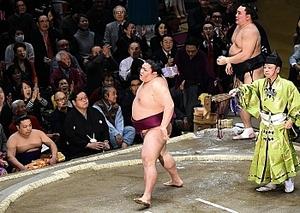 大相撲 御嶽海、初金星 長野県出身62年ぶり 初場所2日目