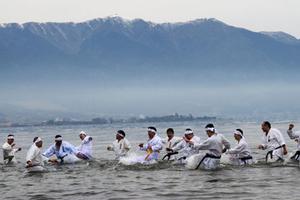厳寒の琵琶湖で寒中稽古 滋賀、空手道場門下生が鍛錬