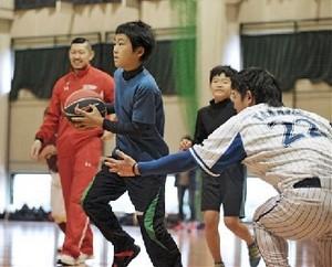 プロ野球 選手ら児童と汗 熊本県立大でスポーツイベント