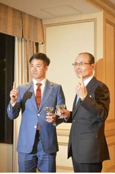 日本ハム 斎藤佑に早実OB会で王さんがエール