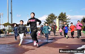 マラソン 元気よく走り初め 五戸町の新春マラソン